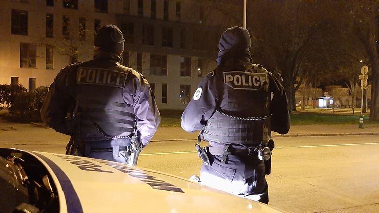 Une patrouille de nuit de la police nationale, à Mulhouse dans le Haut-Rhin, le 29 mars 2020. (VALENTIN DUNATE / RADIO FRANCE)