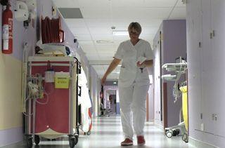 Valérie Rogier dans le service de soins intensifs en cardiologie de l'hôpital de Martigues (Bouches-du-Rhône), le 20 mai 2019. (LOUISE HEMMERLE / FRANCE INFO)