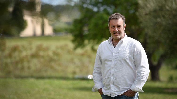 """L'ancien """"gilet jaune"""" Christophe Chalençon dans un champ d'oliviers à Lourmarin, le 10 mai 2019. (GERARD JULIEN / AFP)"""