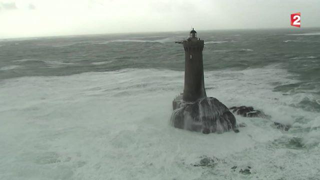 Des images aériennes exceptionnelles des phares bretons frappés par la tempête