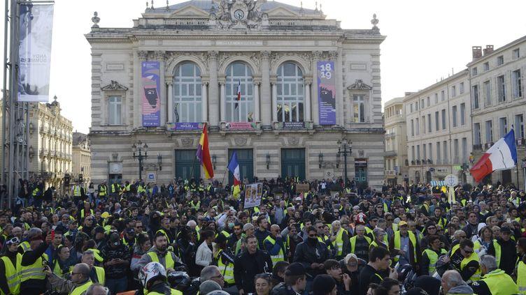"""La manifestation des """"gilets jaunes"""" devant l'opéra, place de la Comédie à Montpellier, le 9 février 2019. (GIACOMO ITALIANO / MAXPPP)"""
