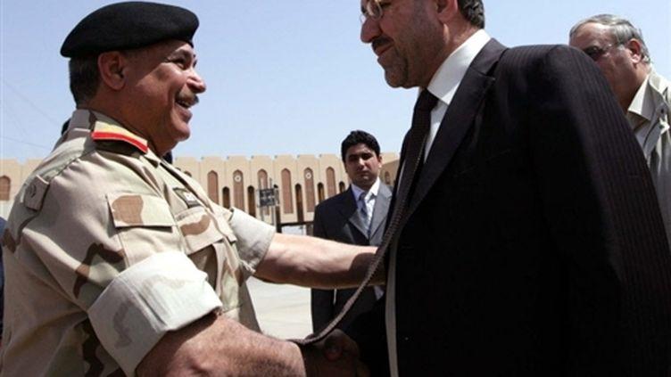Le Premier ministre Nouri al-Maliki salue un officier à Bassorah (25 mars 2008). (AFP)