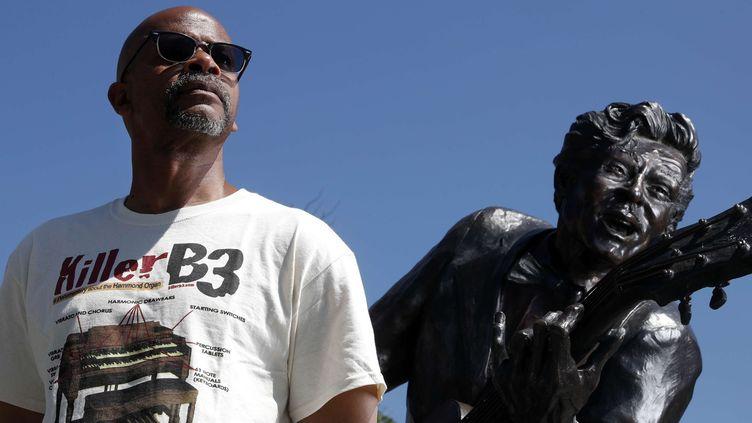 Charles Berry Jr., le fils de Chuck Berry, pose à côté de la statue de son père, à University City (St. Louis - Missouri), le 31 mai 2017 (Jeff Roberson/AP/SIPA)