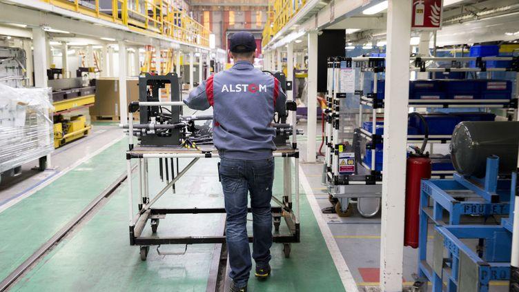 Un employé d'Alstom, sur une ligne d'assemblage de voituresde chemin de fer, dans l'usine de Petite Forêt, en France, le 17 mars 2016. (BLOOMBERG / GETTY IMAGES)