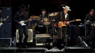 Bob Dylan et son groupe sur scène à Shanghai en avril 2011  (PHILIPPE LOPEZ / AFP)