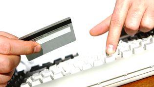 Un paiement sur internet avec une carte de crédit (SPXCHROME / GETTY IMAGES)