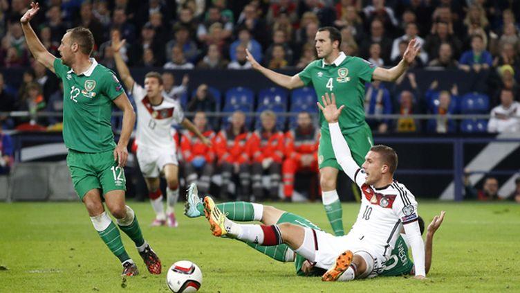 L'Allemand Podolski mis à terre dans un duel avec l'Irlandais Wilson (MIKA VOLKMANN / MIKA)