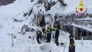 Les secours italiens tentent de retrouver des survivants dans les ruines de l'hôtel dévasté, vendredi 20 janvier. (REUTERS)