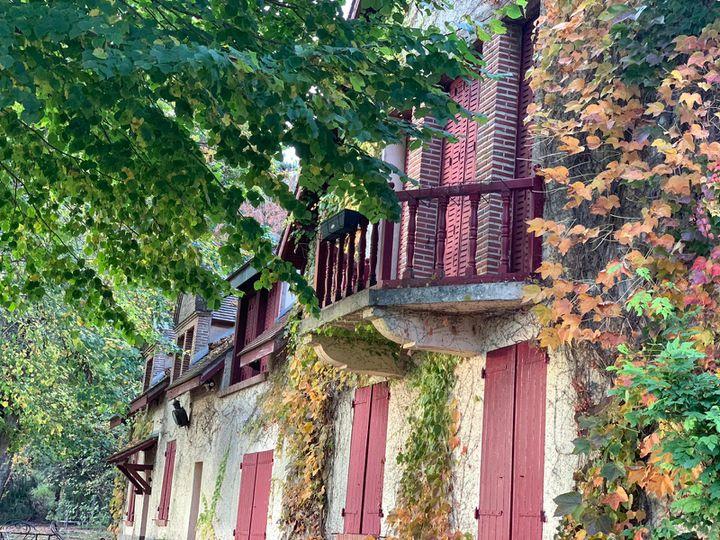 La maison de Maurice Genevoix et le balcon donnant sur son bureau, à Saint-Denis-de-l'Hôtel (Loiret). (Timour Ozturk / FRANCEINFO)