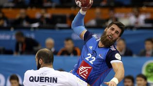 Le Français Luka Karabatic à la lutte avec l'Argentin Leonardo Querin, lundi 26 janvier 2015, à Doha (Qatar), lors des huitièmes de finale du Mondial de handball. (FADI AL-ASSAD / REUTERS)