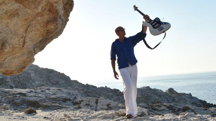 Marc Buronfosse, sa Fender VI et Paros  (Stavros Niflis)