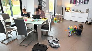 Une mère en télétravail et ses deux enfants, dans le Haut-Rhin, le 12 mars 2020. (MAXPPP)