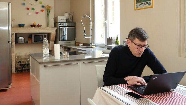 Un homme confiné pratique le télétravail à son domicile. Photo d'illustration. (MAXPPP)