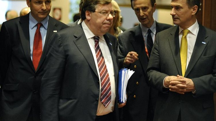 Brian Cowen (au centre), avec son homologue estonien, Andrus Ansip (à droite), à Bruxelles (18-6-09) (© AFP PHOTO - GERARD CERLES)