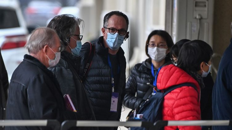 Peter Ben Embarek et d'autres membres de l'équipe de l'OMS chargée d'enquêter sur les origines du coronavirus Covid-19, visitent une communauté locale à Wuhan, dans la province centrale du Hubei en Chine, le 4 février 2021. (HECTOR RETAMAL / AFP)
