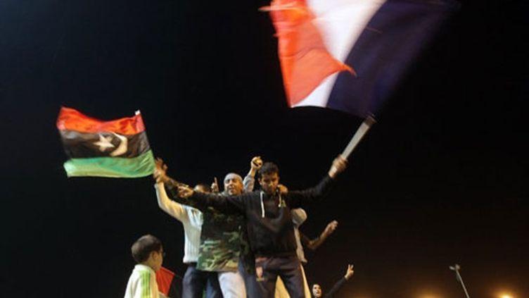 A Benghazi, des opposants libyens se réjouissent après le vote au Conseil de sécurité de l'Onu (18 mars 2011) (AFP / Patrick Baz)