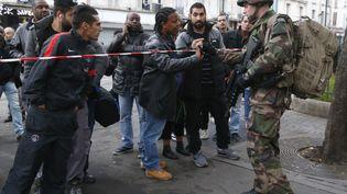Un soldat français sécurise le périmètre d'intervention des forces de l'ordre, à Saint-Denis, le 18 novembre 2015. (JACKY NAEGELEN / REUTERS)