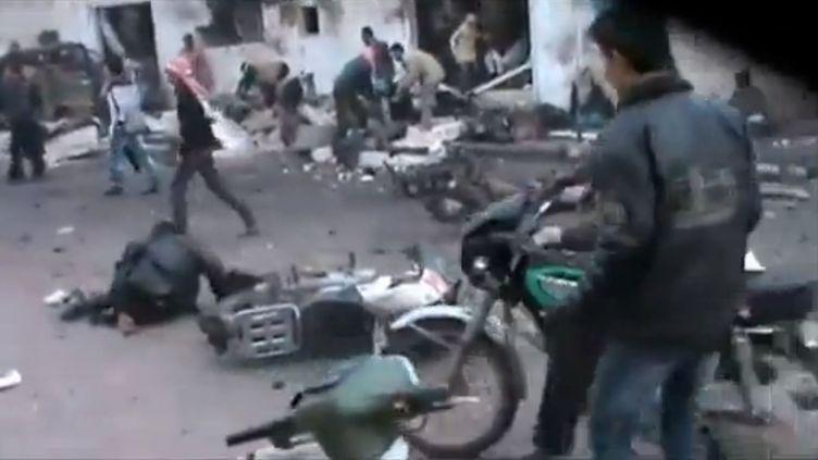 Des dizaines de civils ont été tués dans un bombardement aérien à proximité d'une file d'attente devant une boulangerie de Halfaya, dans la province de Hama,une localité rebelle du centre de la Syrie, le 23 décembre 2012. (EVN / FRANCETV INFO)