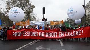 Des membres des professions juridiques défilent à Paris contre la loi Macron, le 10 décembre 2014. (CITIZENSIDE / PATRICE PIERROT /  AFP)