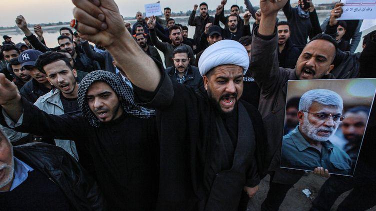 Des Irakiens protestent, après la frappe américaine ayant tué le généralQassem Soleimani, le 3 janvier 2020, à Bagdad en Irak. (AMEER AL MOHMMEDAW / DPA / AFP)
