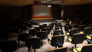 Une salle vide au sein de l'établissement Main d'Œuvres à Saint-Ouen, janvier 2021. (YANN BERTRAND / RADIO FRANCE)