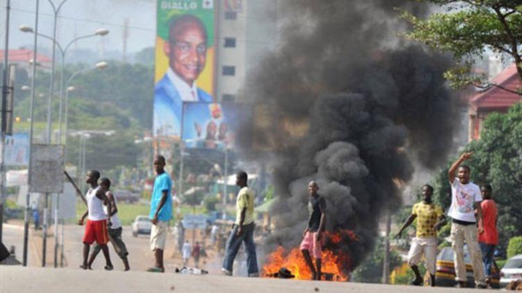 Les partisans de Cellou Dallein Diallo en colère à l'annonce de la victoire d'Alpha Condé, à Conakry (15 novembre 2010) (AFP / Issouf Sanogo)