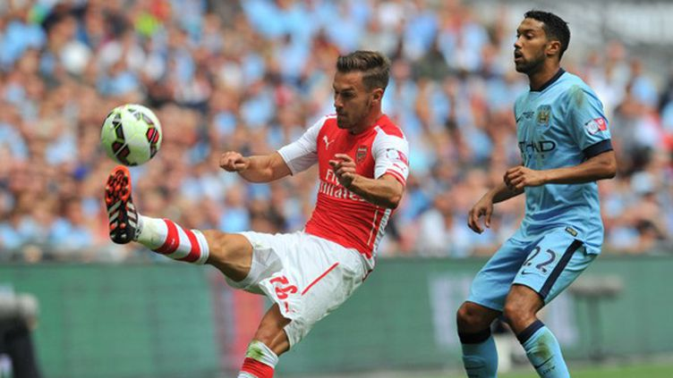 Aaron Ramsey (Arsenal) surveillé par Gael Clichy (Manchester City) (GLYN KIRK / AFP)