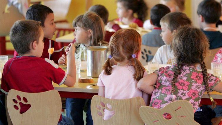 Des enfants déjeunent dans la cantine scolaire de l'école maternelle Charles Perrault,à Saint-Michel près d'Angoulême, le4 septembre 2009. (ROMAIN PERROCHEAU / AFP)