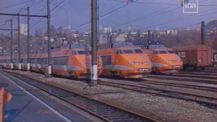 Des TGV de la SNCF à l'arrêt pendant la grève des cheminots de l'hiver 1986-1987. (INA)