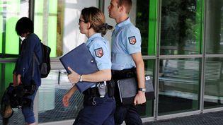 Des gendarmes français à l'hôpital de Grenoble (Isère), le 11 septembre 2012. (JEAN-PIERRE CLATOT / AFP)