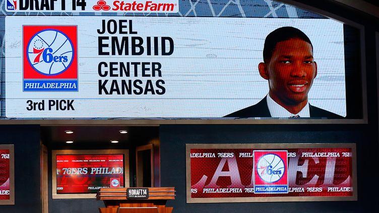 Joel Embiid avait été sélectionné en 3e position de la Draft 2014 (MIKE STOBE / GETTY IMAGES NORTH AMERICA)