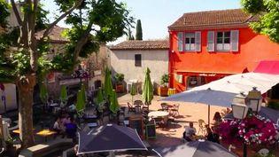 Dans les petites communes, la vie reprend, notamment dans les cafés. Ces lieux de convivialité permettent aux habitants de se retrouver, comme c'est le cas à Biot, dans les Alpes-Maritimes. (FRANCE 2)