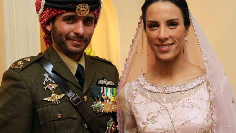 Le prince Hamza et son épouse Basma Otoum, le 12 janvier 2012 lors de leur mariage. (YOUSEF ALLAN / PETRA / AFP)