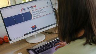 Une élève consulte le site de Parcoursup pour accéder à l'enseignement supérieur à Roncq (Nord), le 1er juin 2021. (MAXPPP)