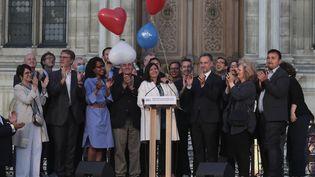 Anne Hidalgo salue les Parisiens qui l'ont réélue maire, dimanche 28 juin 2020. (JOEL SAGET / AFP)