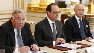 De gauche à droite, Gérard Larcher, président du Sénat, le président François Hollande et Laurent Fabius, le ministre des Affaires étrangères,à l'Elysée, mercredi 24 juin 2015,après la publication d'informations sur les écoutes des présidents français. (MAXPPP)