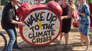 Des manifestants devant la Maison Blanche protestent contre la décision deDonald Trump de se retirer de l'accord de Paris sur le climat, le 1er juin 2017, à Washington (Etats-Unis). (PAUL J. RICHARDS / AFP)