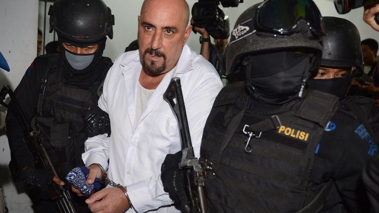 Le Français Serge Atlaoui escorté par la police indonésienne, à Jakarta, la capitale, le 11 mars 2015. (ROMEO GACAD / AFP)