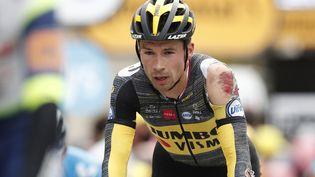 Primoz Roglic (Jumbo Visma) a chuté à 10 kilomètres de l'arrivée sur la 3e étape du Tour de France 2021, lundi 28 juin. (BENOIT TESSIER / AFP)