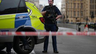 Un policier déployé sur le site du Parlement de Westminster, mercredi 22 mars 2017 à Londres (Royaume-Uni). (DANIEL LEAL-OLIVAS / AFP)