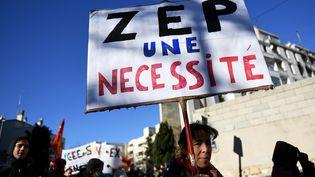 Une manifestante pour le maintien du label ZEP dans les lycées à Marseille, le 5 janvier 2017. (ANNE-CHRISTINE POUJOULAT / AFP)