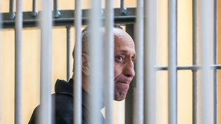 Le tueur en série russe Mikhaïl Popkov lors de son deuxième procès le 10 décembre 2018 à Irkoutsk (Russie). (ANTON KLIMOV / AFP)