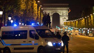 Les forces de l'ordre sécurisent les Champs-Elysées à Paris, après l'attaque contre les policiers, jeudi 20 avril 2017. (IRINA KALASHNIKOVA / SPUTNIK / AFP)