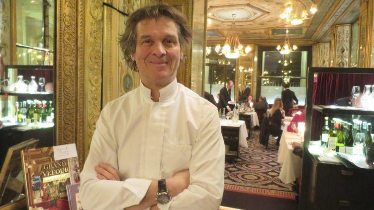 Guy Martin dans son restaurant Le Grand Véfour en 2017. (ERIC LE MITOUARD / MAXPPP)