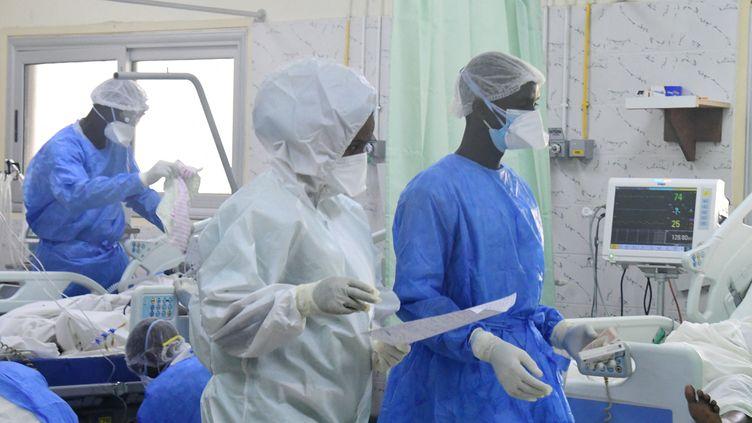 L'unité de soins intensifs de l'hôpital Idrissa Pouye de Grand Yoff, commune d'arrondissement de Dakar (Sénégal), le 28 juillet 2021. Le service des urgences dispose de 16 lits raccordés à l'oxygène. (SEYLLOU / AFP)