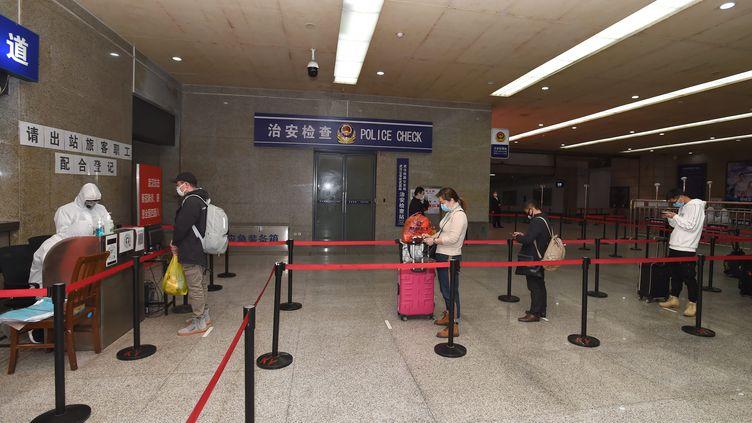 Dans la gare de Wuhan, le 18 mars 2020 (SHEPHERD ZHOU / MAXPPP)
