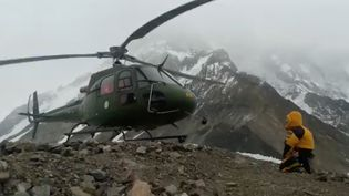 Un hélicoptère décolle du mont Nanga Parbat (Pakistan), le 27 janvier 2018, pour tenter de secourir l'alpiniste française Elisabeth Revol. (POLSKI HIMALAIZM ZIMOWY / REUTERS)