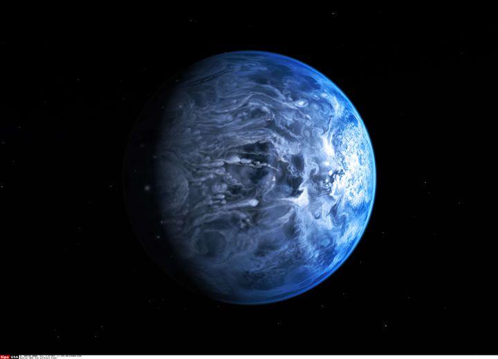 Vue d'artiste de la planète HD 189733b, une gigantesque exoplanète gazeuse bleue où règne une température supérieure à 1 000°C et où soufflent des vents de 30 000 km/h. (NASA / SIPA USA)