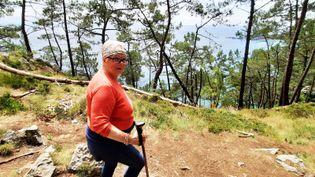 Evelyne, une randonneuse du coin, vient depuis Concarneau pour marcher sur le GR 34, sur les hauteurs de plage de l'île Vierge. (BENJAMIN ILLY / RADIO FRANCE)