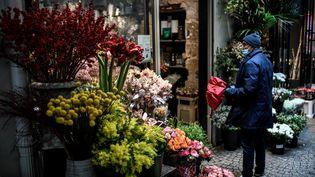 Un homme patiente chez le fleuriste, le 24 décembre 2020 à Paris. (STEPHANE DE SAKUTIN / AFP)